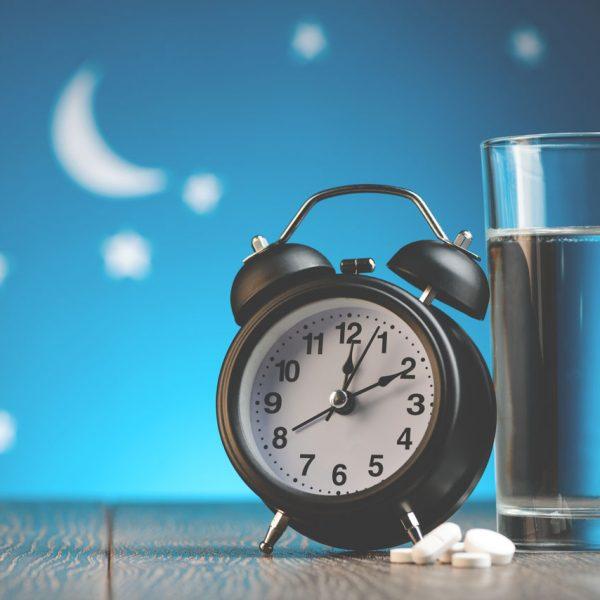 budzik i tabletki